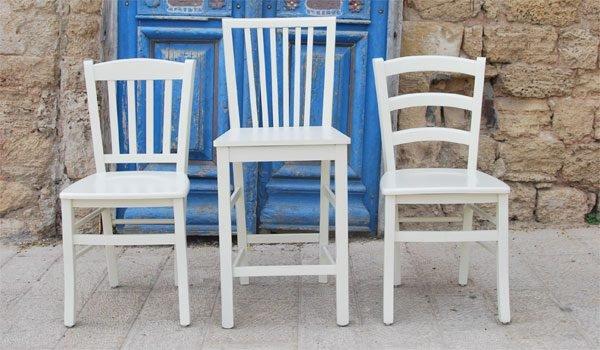 כסאות עץ שמנת