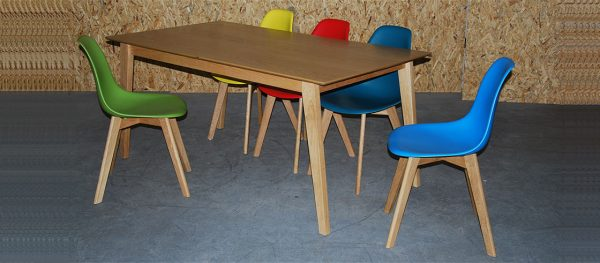 כסאות פלסטיק בשילוב רגלי עץ