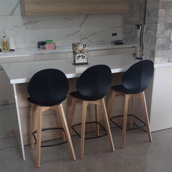 כסאות בר פלסטיק עם רגלי עץ
