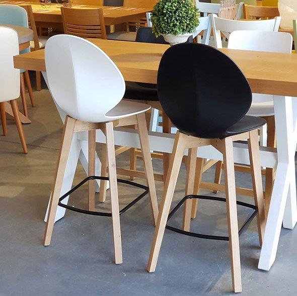 כסאות בר פלסטיק עם רגלי עץ ומתכת