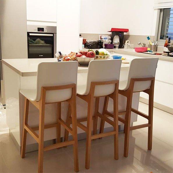 כסאות בר צבע לבן עם רגלי עץ