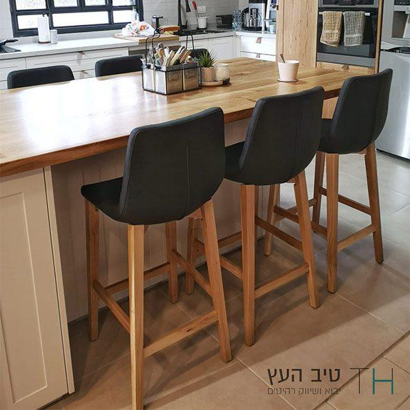 כסאות בר שחורים עם רגלי עץ אלון