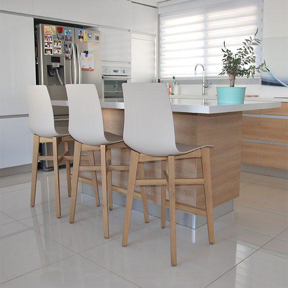 כסאות בר מוקה פלסטיק עם רגלי עץ