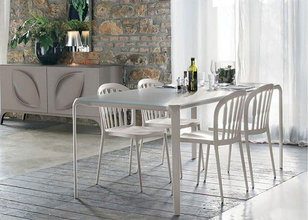 כסאות 1150 סביב שולחן