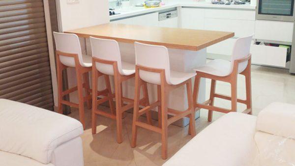 כסא בר פלסטיק גב עץ לבן
