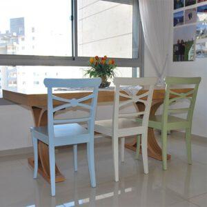 כסאות עץ צבעי פסטל