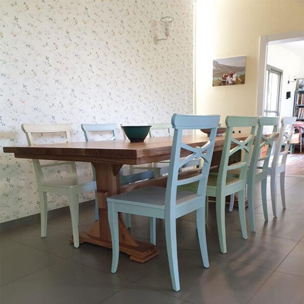 כסאות עץ צבעוניים