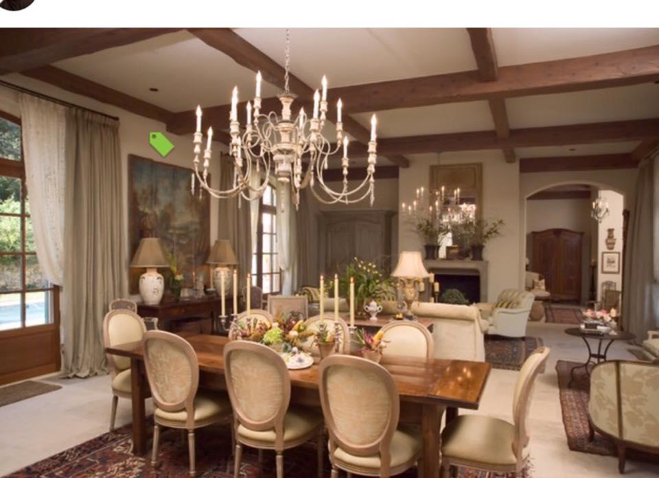 שילוב כסאות וריהוט בדירה משפחתית