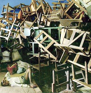 כמות גדולה של כיסאות
