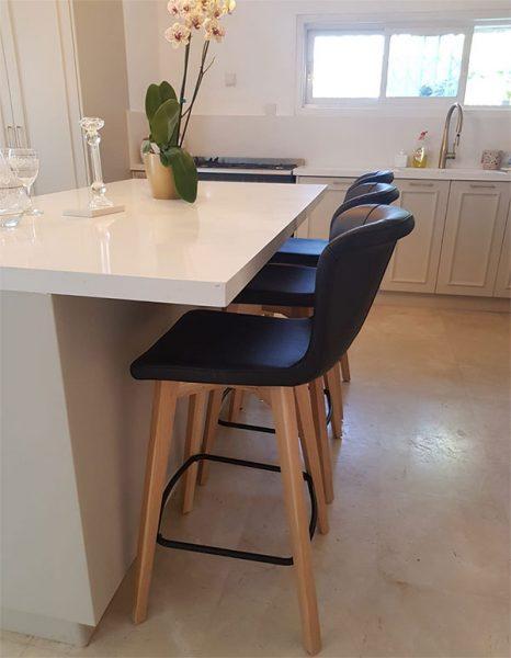 כסא בר מרופד דגם רוברט רגל בסיל