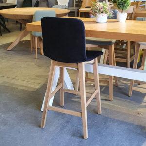 כסא בר מרופד רגלי עץ