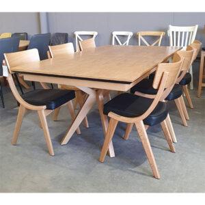 שולחן עם כיסאות עץ