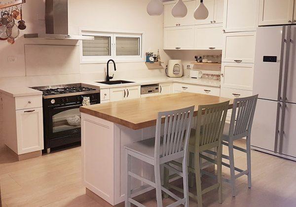 כסאות בר לאי באמצע המטבח