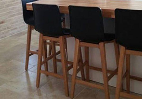 שילוב כסאות בר מפלסטיק במטבח